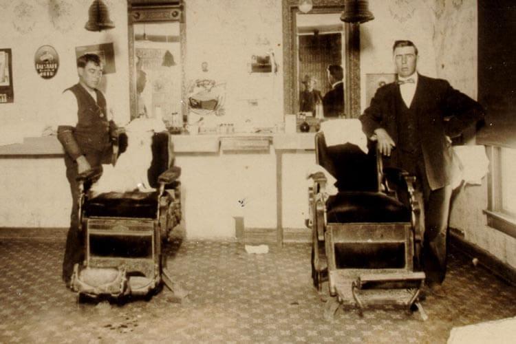 A sinistra história por trás dos postes de barbearia