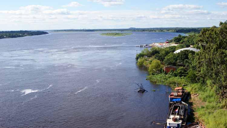 Em temporadas de chuva, as águas do rio Paraguai aumentam subitamente e alagam o bioma Pantanal