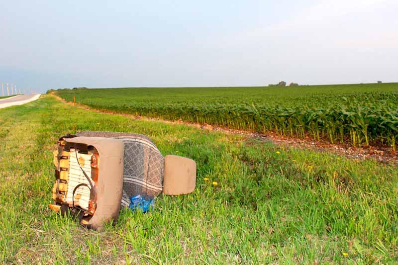 Lixo na estrada coloca vida em risco